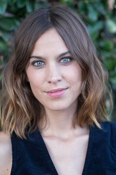 The cool-girl blowout is hair that's a little wavy, a little messy, and far from perfect. Click for celebrities (like Alexa Chung) who do it perfectly, and get tips on how to try the look yourself.