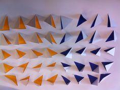 Een vierkant met twee verschillende kleuren papier er onder. Alle pijltjes wijzen naar het midden zodat er een duidelijke structuur in zit
