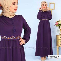 37ab8569f4bf6 Pileli görünüme sahip olan elbisenin beli ve kol uçları nakışlıdır.  Bisiklet yaka olan elbise yaka