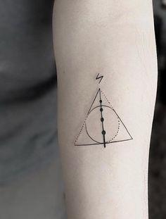 Tatuagem Harry Potter: 80 tattoos para eternizar seu amor pela saga Harry Potter Tattoo: 80 tattoo options to perpetuate your love for the saga Hp Tattoo, Tattoo Geek, Tattoo Dotwork, Blue Tattoo, Piercing Tattoo, Piercings, Tiny Tattoo, Tattoo Flash, Badass Tattoos