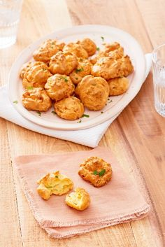 How To Make Cheese Gougères — Cooking Lessons from The Kitchn---Make it Gluten Free! Taco Dip, Easy To Make Appetizers, Appetizer Recipes, Potluck Recipes, Prosciutto, French Cheese, Cheese Puffs, How To Make Cheese, Dinner Rolls