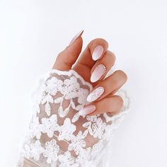 False nails have the advantage of offering a manicure worthy of the most advanced backstage and to hold longer than a simple nail polish. The problem is how to remove them without damaging your nails. Simple Wedding Nails, Wedding Manicure, Wedding Nails For Bride, Bride Nails, Wedding Nails Design, Trendy Wedding, Nail Wedding, Summer Wedding, Wedding Beauty