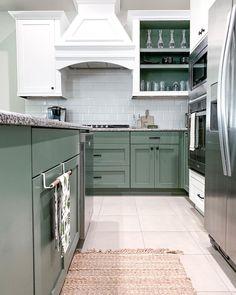 Blue Green Kitchen, Green Kitchen Island, Shaker Kitchen Cabinets, Painting Kitchen Cabinets, Kitchen Cabinets Designs, Kitchen Paint, Different Color Kitchen Cabinets, Kitchen Cabinet Colors, Kitchen Colors