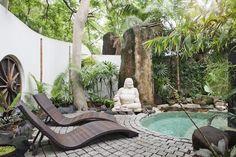 Amenagement jardin décoré d'une statue bouddha