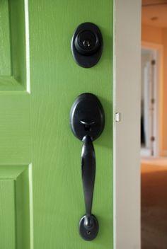 how to spray paint door knob and handle - oil rubbed bronze hardware | www.livelygreendoor.com