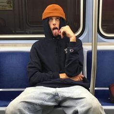 Maniac bi man on the metro Beautiful Boys, Pretty Boys, Beautiful People, Grunge Boy, Grunge Style, Grunge Outfits, Boy Outfits, Estilo Street, E Skate