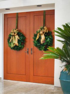 10 DIY Christmas Wreaths >> http://www.hgtv.com/design/decorating/design-101/christmas-wreaths-from-hgtv-fans-pictures?soc=pinterest