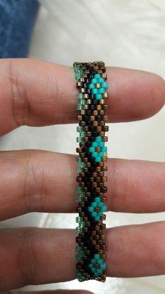 Pulseras en chaquira japonesa Peyote Beading, Beading Tutorials, Beading Patterns, Handmade Bracelets, Bangle Bracelets, Friendship Bracelet Knots, Jewelry Art, Beaded Jewelry, Seed Beads