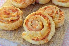 Heb je toevallig nog een paar plakjes bacon, roomkaas en geraspte kaas over? Verdeel alle ingrediënten over 4 plakjes bladerdeeg en je hebt heerlijke bacon roomkaas spiralen. Het recept is voldoende voor 16 stuks en het is heel simpel te maken. Binnen 20 minuten staan de bacon roomkaas spiralen op tafel. Enjoy! TIP: de hapjes zijn zowel warm als koud super lekker!