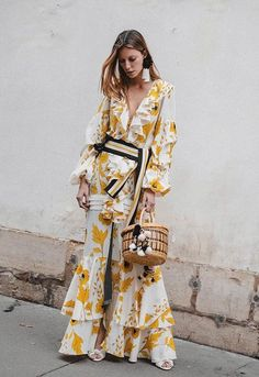 Johanna Ortiz Spring 2018 Ready-to-Wear Fashion Show Collection: See the complete Johanna Ortiz Spring 2018 Ready-to-Wear collection. Look 32 Fashion Mode, Look Fashion, High Fashion, Fashion Show, Fashion Outfits, Fashion Design, Fashion Trends, Dress Fashion, Ladies Fashion