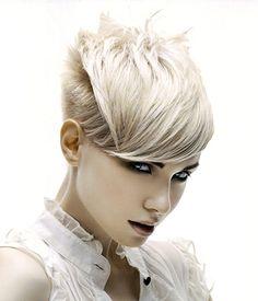 Kısa Sarı Platin Saç Modeli #moda #fashion #haircolor #hairstyle #women #platinsacrenkleri #sarisacmodelleri