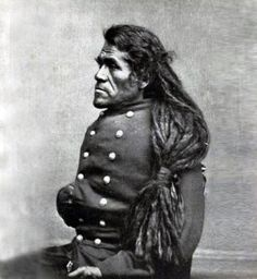 Native American Chief from the Mohave people. About Native American culture, men of many Southwestern Native American groups twisted their hair into hair rolls that resembled modern dreadlocks. The style was stiffened with clay and painted. Native American Photos, Native American Tribes, Native American History, Native American Cherokee, African History, Black Indians, Le Far West, Native Indian, Blackfoot Indian