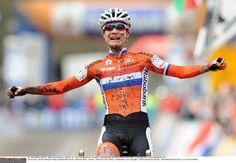 )Dutch woman wins her seventh world title Marianne Vos, Dutch Women, Female Athletes, World Championship, Captain America, Mud, Netherlands, Gears, Racing