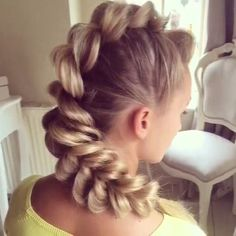 Super chic @sweethearts_hair_design showing us a step by step on a pull through braid fohawk ❤️❤️❤️ #laurag_143