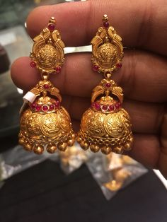Jumki Gold Jhumka Earrings, Buy Earrings, Gold Earrings Designs, Gold Jewellery Design, Necklace Designs, Gold Jewelry Simple, Indian Wedding Jewelry, Jewelry Patterns, Jewelery