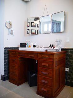 Idée déco salle de bains rétro campagne avec un bureau détourné en meuble sous vasque