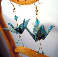 Boucles d'oreilles origami couleur bleu vert en forme de grues japonaises avec motifs de fleurs dorées.