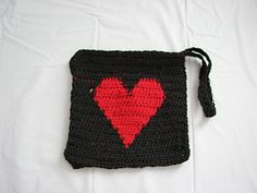 I ♥ⓛⓞⓥⓔ♥ this! Large Heart Wallet. Free Crochet Pattern By Donna Collinsworth of Donna's Crochet Designs. This would make such a cute gift for my friends on Valentine's Day! ¯\_(ツ)_/¯