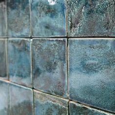 Ein harmonisches Kunsthandwerk im Bad  Mit artisan lanciert talsee erstmalig eine Special Edition. Das neue Badmöbel lehnt sich an die geschichtsträchtige, portugiesische Handwerkskunst der Keramik an. Von dort stammen auch die handgemachten und ofenglasierten Terracotta-Fliesen, welche individuell bestückt die Badmöbelfront zieren. Modern, Tile Floor, Flooring, Texture, Crafts, Portuguese, Gift Crafts, Mosaic, Tile