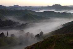 Tagesanbruch auf dem Tahora Saddle von Back Country Accomondation gesehen - Forgotten World Highway - Neuseeland Nordinsel