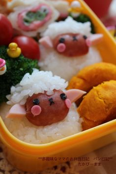 Sheep Wiener Rice Ball Bento so cute and looks yummy going to try to make ^ ^ Lunch Box Bento, Cute Bento Boxes, Bento Kawaii, Cute Food, Yummy Food, Bento Recipes, Bento Ideas, Little Lunch, Food Humor