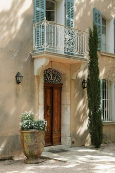 I don't think you're allowed to live in Provence unless you have a pair of Anduze pots at your front door. Exterior Design, Interior And Exterior, Juliette Balcony, French Exterior, French Countryside, French Country House, French Decor, Toscana, Windows And Doors