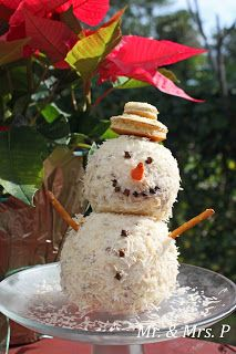 Snowman Cheese Ball ~ Add a few sprinkles of garlic powder and 1 tsp. dried onion flakes, softened with a few drops of HOT water. Used peppercorns for mouth and cloves for eyes. Christmas Party Food, Xmas Food, Christmas Appetizers, Christmas Goodies, Christmas Treats, Christmas Baking, Holiday Treats, Holiday Recipes, Christmas Holidays