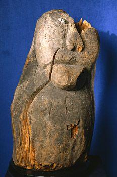 Kuva puusta veistetystä kivisilmäjumalasta. Kuva: Matti Huuhka