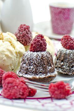 Mini Cinnamon Brownie Gugelhupf | Yummy Gugelhupf Brownies mit Zimt für Schokoladen-Fans Ihr möchtet super leckere Mini Brownie Gugelhupf Küchlein? Super schokoladig, extrem yummy und toll als Dessert für Gäste! Mit einem Klick geht es zu meinem Rezept! #brownies #gugelhupf #minikuchen #minigugelhupf #napfkuchen #backen #foodblogger #backblog #rezeot #backtipps #schokolade #chocolate #chocolatecake #cinnamonbrownie #backenistliebe #bakinips #backtipps #backblog #bakingbl Sandwich Torte, Cupcake Toppings, Torte Recepti, Mini Brownies, Fabulous Foods, Cinnamon, Raspberry, Cheesecake, Food And Drink
