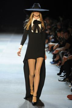Fashion for spring Yves Saint Laurent. Runway Fashion, Fashion News, Fashion Brands, Womens Fashion, Dark Fashion, High Fashion, Cool Girl Style, My Style, Real Costumes