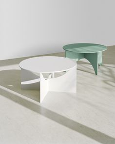 CHARLOTTE is the second from a series of coffee tables, designed in 1951 by German functionalist architect Ferdinand Kramer during his time in America. Named after his friend, the artist Charlotte Poseneske, the round coffee table CHARLOTTE bares sculptur Simple Furniture, Cheap Furniture, Table Furniture, Contemporary Furniture, Furniture Design, Round Coffee Table, Coffee Table Design, Oak Veneer Plywood, Interior Architecture