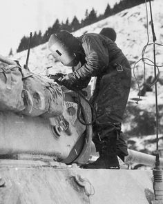 Un soudeur de la 26th Infantry Division travaille sur une des unités de chars M-36 à Esch Sur-la-Sûre, Luxembourg, 20 janvier 1945 A welder from the 26th Infantry Division working on one of the units of M-36 Tank Destroyers at Esch Sur-la-Sûre, Luxembourg, January 20, 1945