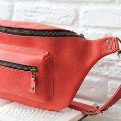 Яркая кожаная поясная сумка ручной работы. Ручная работа. http://crafta.ua/ #craftaua #handmade #bag #unisex #leather #сумка #waistbags #ручнаяработа #унисекс #сумкабанан #бананка #пояснаясумка