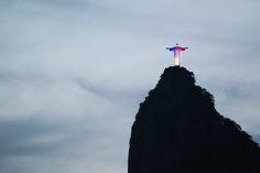 Cristo Redentor finalmente foi iluminado na noite deste sábado com as cores da bandeira da França, como forma de solidariedade e demonstração de luto, após os atentados registrados ontem em Paris e arredores. A luz combinada azul, branca e vermelha foi acionada às 19h (horário de Brasília) e ficará ligada por três horas, conforme divulgou…