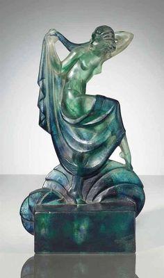 Diseñada por el escultor Marcel Bouraine (Francia, 1886-1948) y realizada por el maestro vidriero Gabriel Argy-Rousseau (Francia, 1885-1953), c.1920.  (colección privada) La pasta de vidrio (pâte de verre) técnica en la cual el vidrio es finamente molido formando una pasta que se modela dentro de un molde refractario y se hornea cuidadosamente; al terminar la cocción las partículas de vidrio se habrán unido y el diseño se termina de refinar mediante tallado en frío.