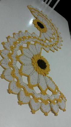 Trilho de mesa em barbante cru e amarelo. Pode ser feito na cor desejada. Crochet Bedspread Pattern, Crochet Table Runner Pattern, Crochet Coaster Pattern, Crochet Flower Patterns, Crochet Tablecloth, Crochet Diagram, Doily Patterns, Weaving Patterns, Crochet Motif