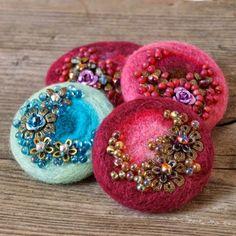 New Gifts Birthday Felt 68 Ideas Fabric Brooch, Felt Brooch, Beaded Brooch, Brooch Pin, Textile Jewelry, Fabric Jewelry, Jewellery, Felt Crafts, Fabric Crafts