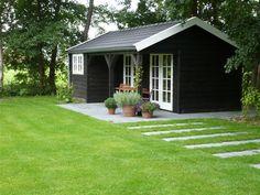 Schattig tuinhuisje met opslagruimte. Mooie tuinaanleg er omheen.