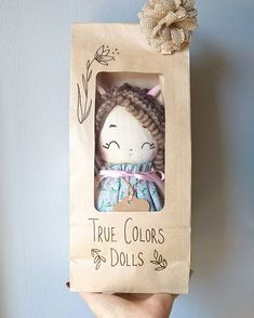 La poupée Molly - tutos tricot et crochet - evony. Craft Packaging, Cute Packaging, Tilda Toy, Diy And Crafts, Paper Crafts, Softie Pattern, Fabric Toys, Tiny Dolls, Sewing Dolls