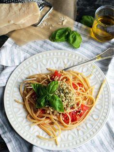 http://fr.chatelaine.com/recettes/pates-2/pates-aux-tomates-fraiches-et-aux-noix-de-pin/