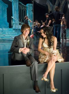 Troy Bolton and Gabriella Montez- High School Musical Senior Year played By Zac Efron and Vanessa Hudgens. Troy Bolton, Gabriela Montez, Zac Efron Vanessa Hudgens, Hight School Musical, Zac Efron And Vanessa, Troy And Gabriella, Funny School Pictures, Old Disney, Film Serie