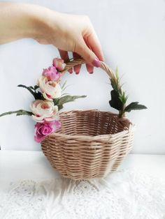 Wedding Basket With Artificial Flowers, Natural Raund Basket, Vintage Basket, Woven Basket, Wicker B Rustic Baskets, Home Decor Baskets, Vintage Baskets, Baskets On Wall, Wedding Gift Baskets, Wicker Picnic Basket, Nylon Flowers, Flower Girl Basket, Diy Home Crafts