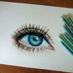 Dit is oog is zo mooi getekend. De kleuren zorgen ervoor dat het er levendiger uitziet. Ik zou dat ook heel  graag willen gebruiken maar het lijkt me heel moeilijk. Ik moet denk ik vaak gaan oefenen met kleurpotloden om het juiste effect te krijgen