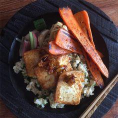 雨予報が太陽でてきた☀︎玄米とちきなの混ぜごはん、島豆腐ソテーして金柑で甘味つけた照り焼きのっけて。糸満の人参焼き、豆もやし香菜醤油あえ、糠漬け。  #kaorenvege #kaorengohan #ちきな