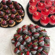 Opskrifter på 3 forskellige slags kage tapas, som med garanti vil være et hit! Små hindbær cheesecakes, Sarah Bernhardt kager og jordbær med chokolade.