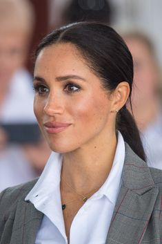 Looking for the perfect nude lipstick, lip gloss or lip liner? We've searched for Meghan Markle-approved colours that everyone should try. From MAC to Charlotte Tilbury, Buxom and BareMinerals, check out the best. Estilo Meghan Markle, Meghan Markle Hair, Meghan Markle Style, Meghan Markle No Makeup, Meghan Markle Prince Harry, Prince Harry And Megan, Harry And Meghan, Lipgloss, Nude Lipstick