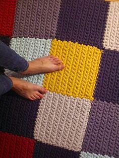 Build up your tarn {t-shirt yarn} rug one square at a time. Crochet Mat, Crochet Carpet, Crochet Home, Love Crochet, Crochet Crafts, Crochet Projects, Crochet Blocks, Loom Knitting, Knitting Stitches