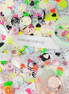Andrea von We like Mondays zeigt heute Partybonbons für Silvester mit lieben Neujahrssprüchen für die Gäste. Der Knaller!