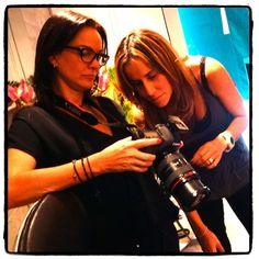 Luisa Brillembourg y Tahita Paredes —A4manos— revisando cómo quedaron las fotos. Seguimos adelante con los siguientes vestidos y tocados! #JoyeriaDeAutor #MakingOf