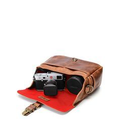 We are a proud retailer of ONA for Germany and many other countries of the world – visit us at: www.designstraps.com/onabags    #designstraps #onabags #camerabag #kameratasche #photography #camera #kamera #lifestyle #leder #taschen    The Bowery bag in antique cognac - it's small but it carries it all.
